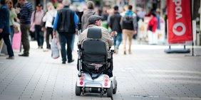 Rollstuhlfahrer in Einkaufszone